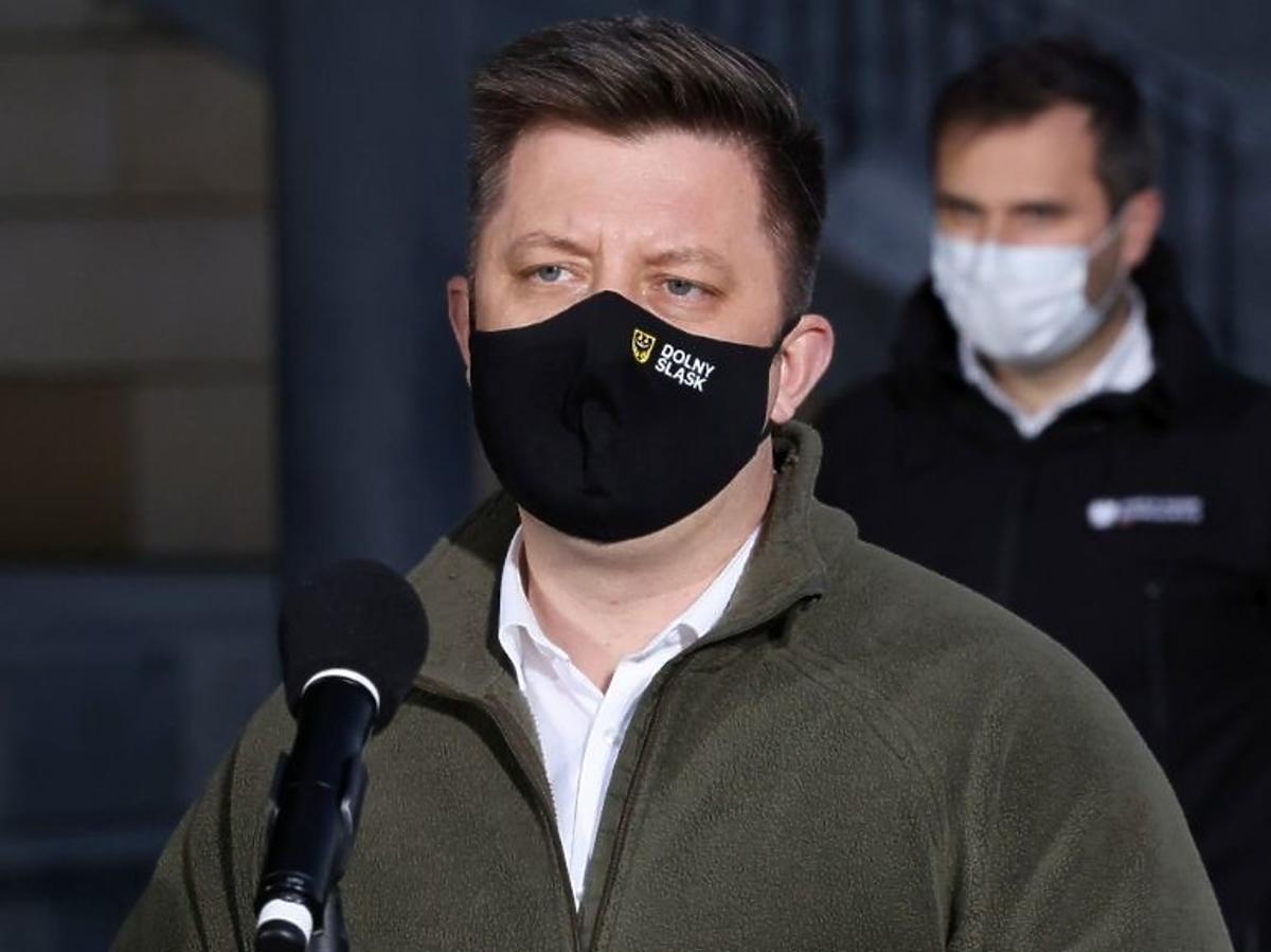 Michał Dworczyk w maseczce ochronnej