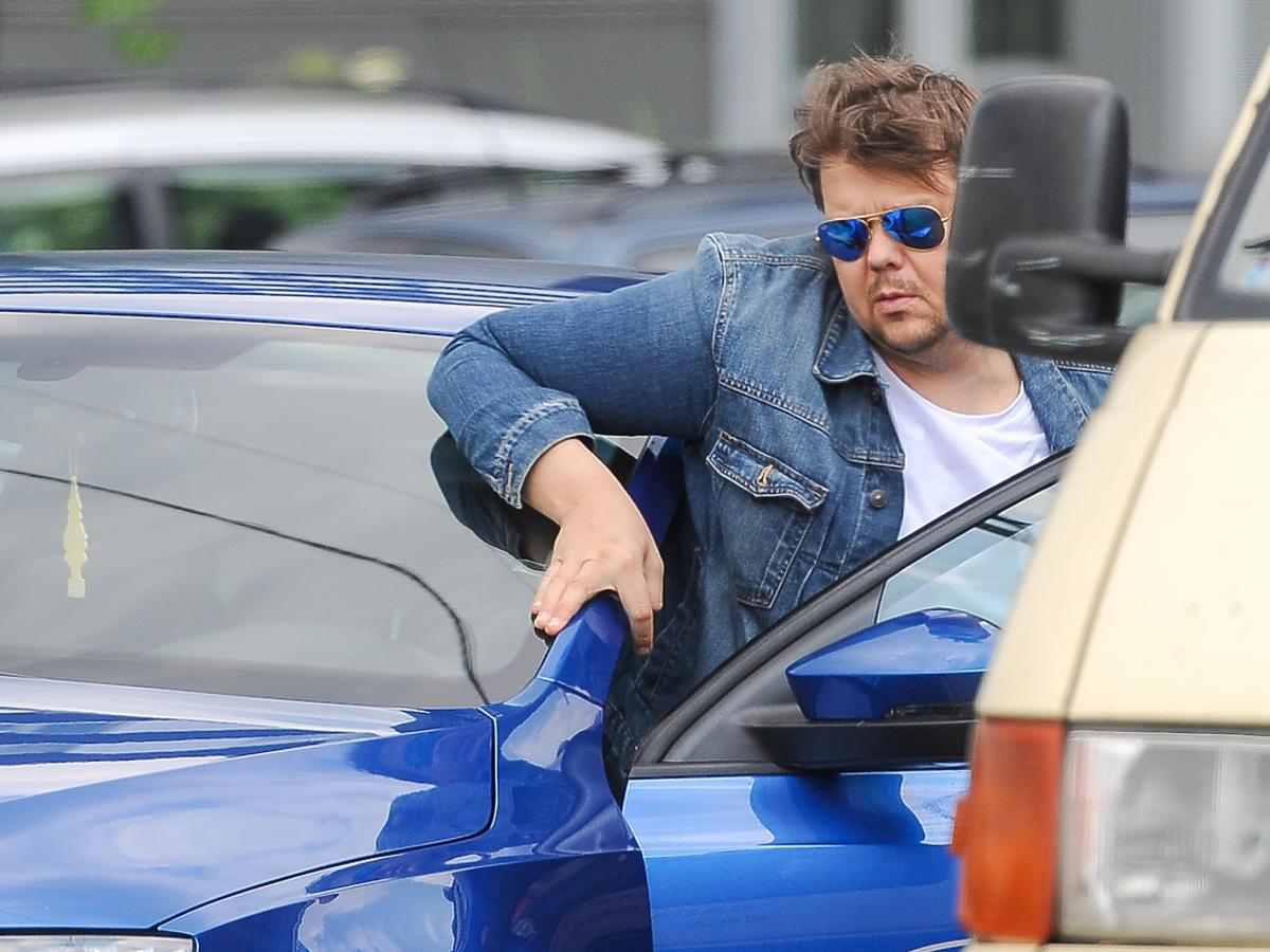 Michał Figurski prowadzi samochód