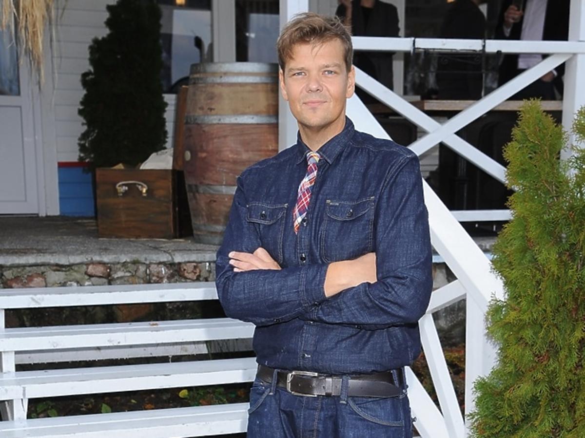 Michał Figurski w dżinsowej koszuli