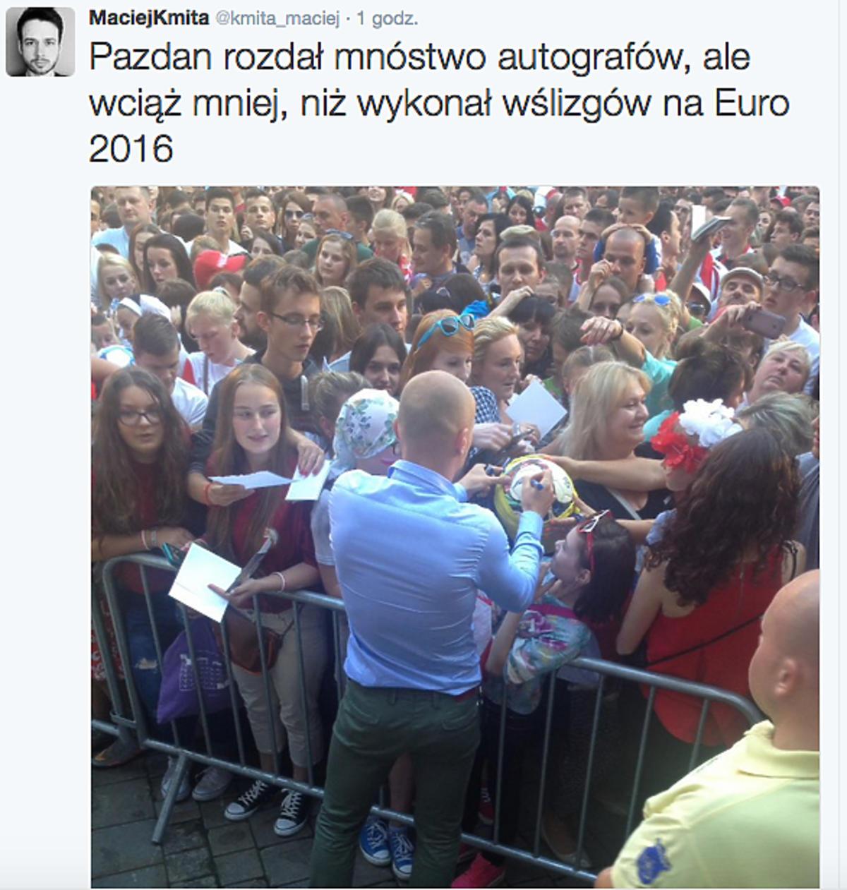Michał Pazdan rozdaje autografy