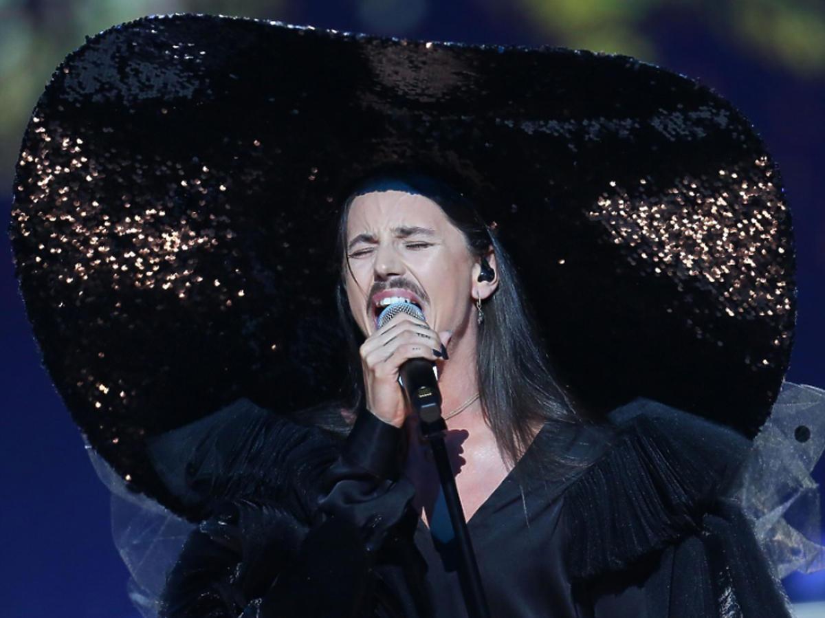 Michał Szpak na festiwalu Top of the top 2019 w kapeluszu