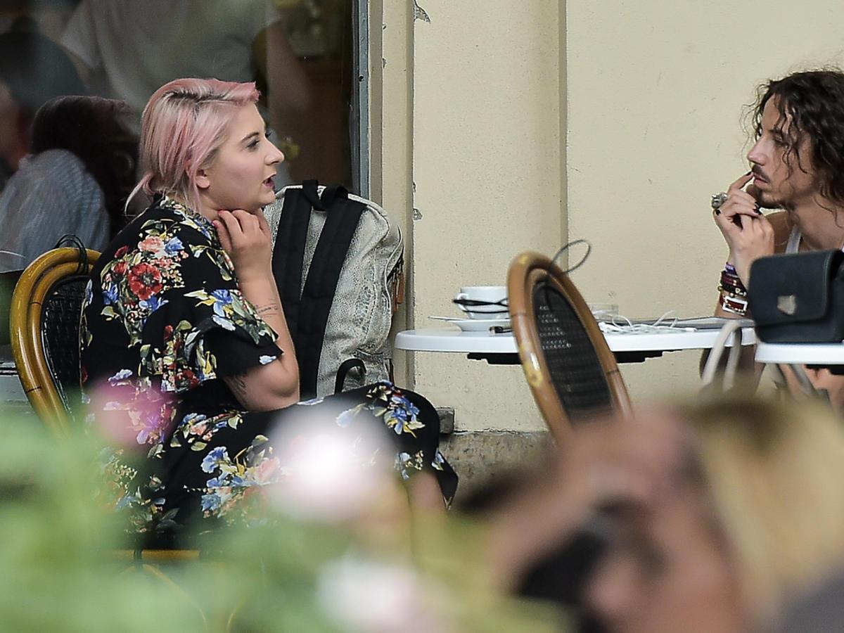 Michał Szpak na spotkaniu ze stylistką w centrum Warszawy