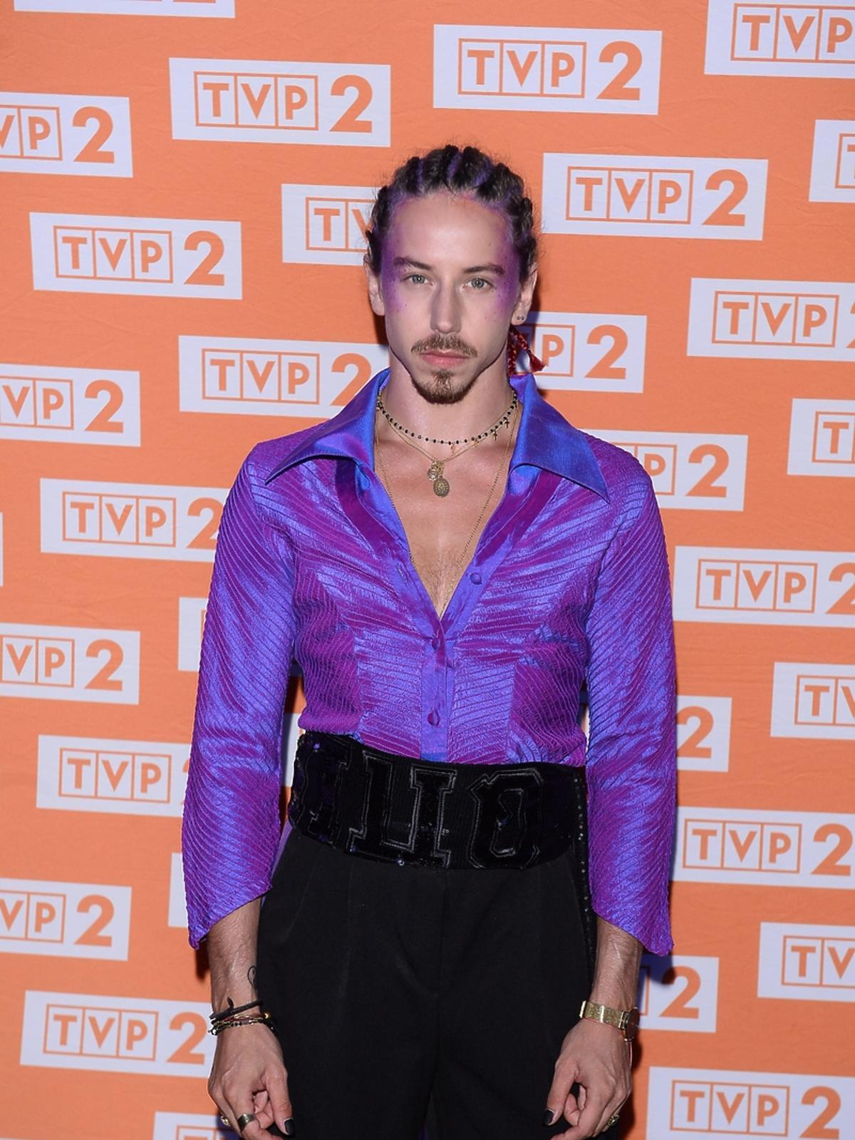 Michał Szpak w fioletowym makijażu