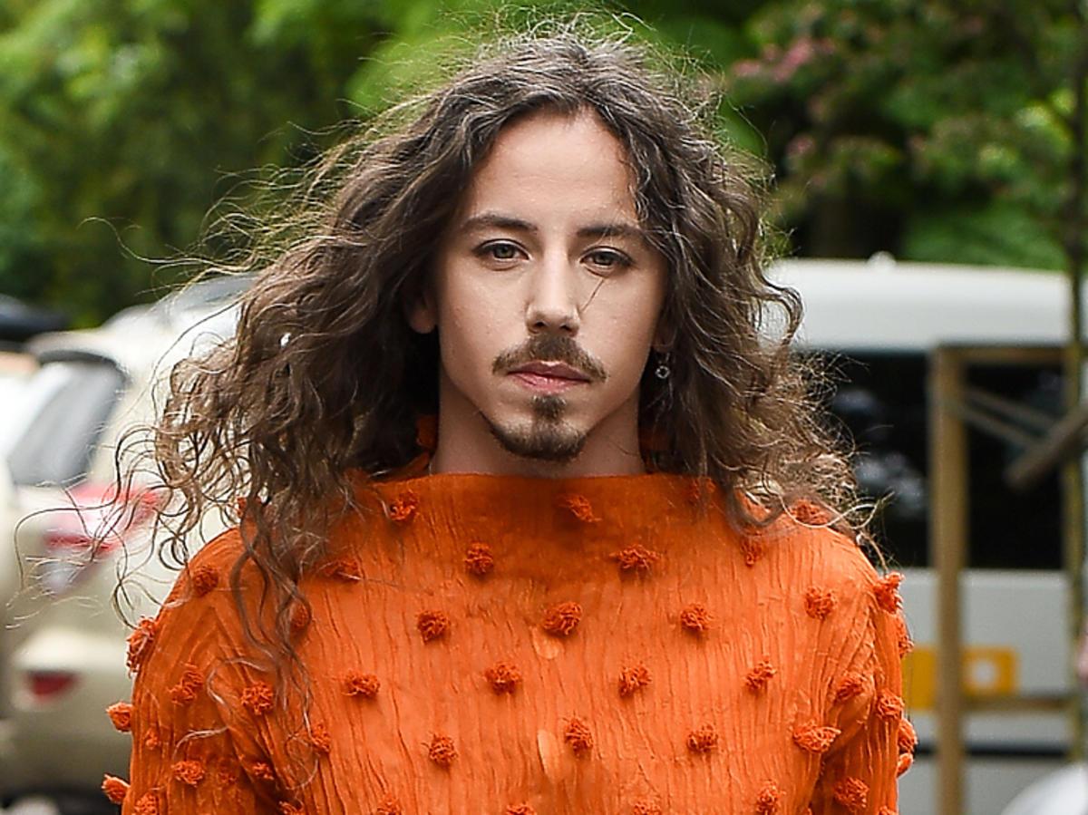 Michał Szpak w pomarańczowej bluzce