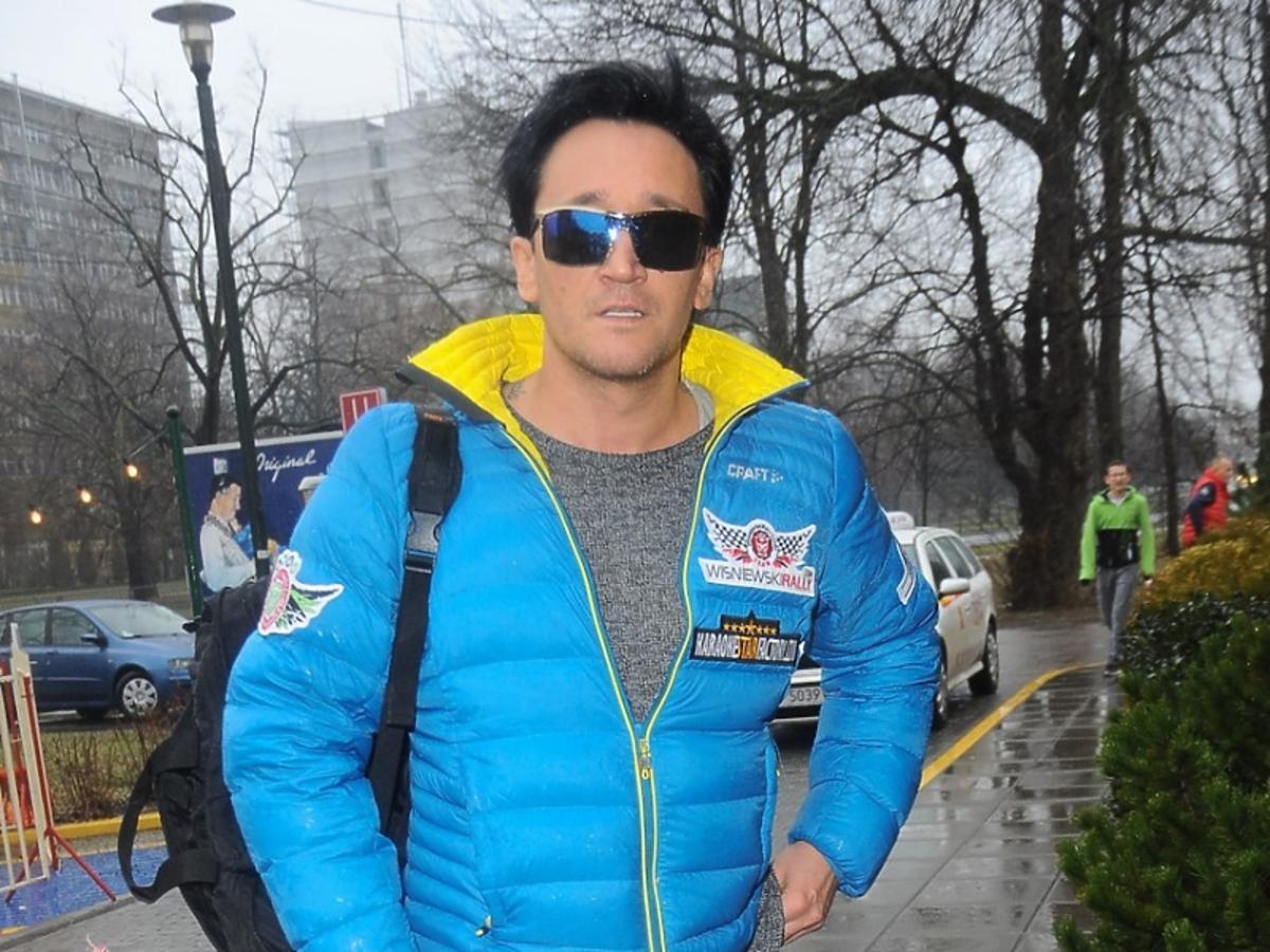 Michał Wiśniewski w niebieskiej kurtce