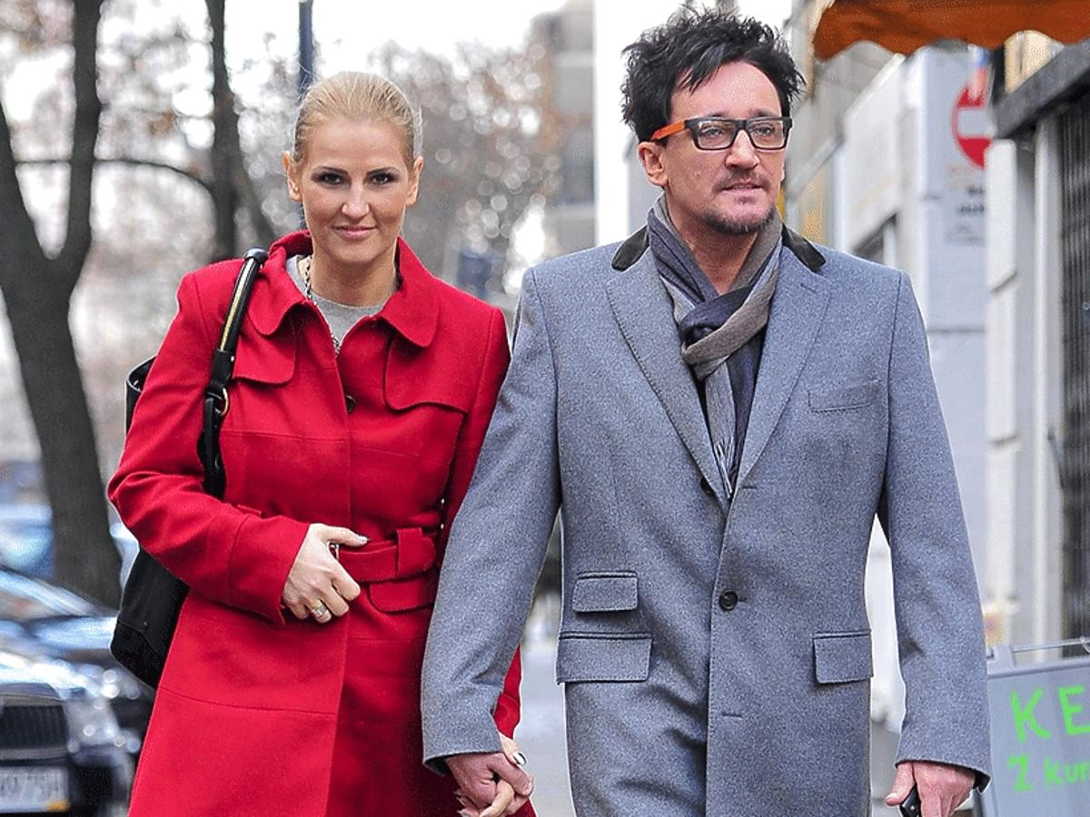 Michał Wiśniewski w szarym płaszczu, Dominika Tajner-Wiśniewska w czerwonym płaszczu