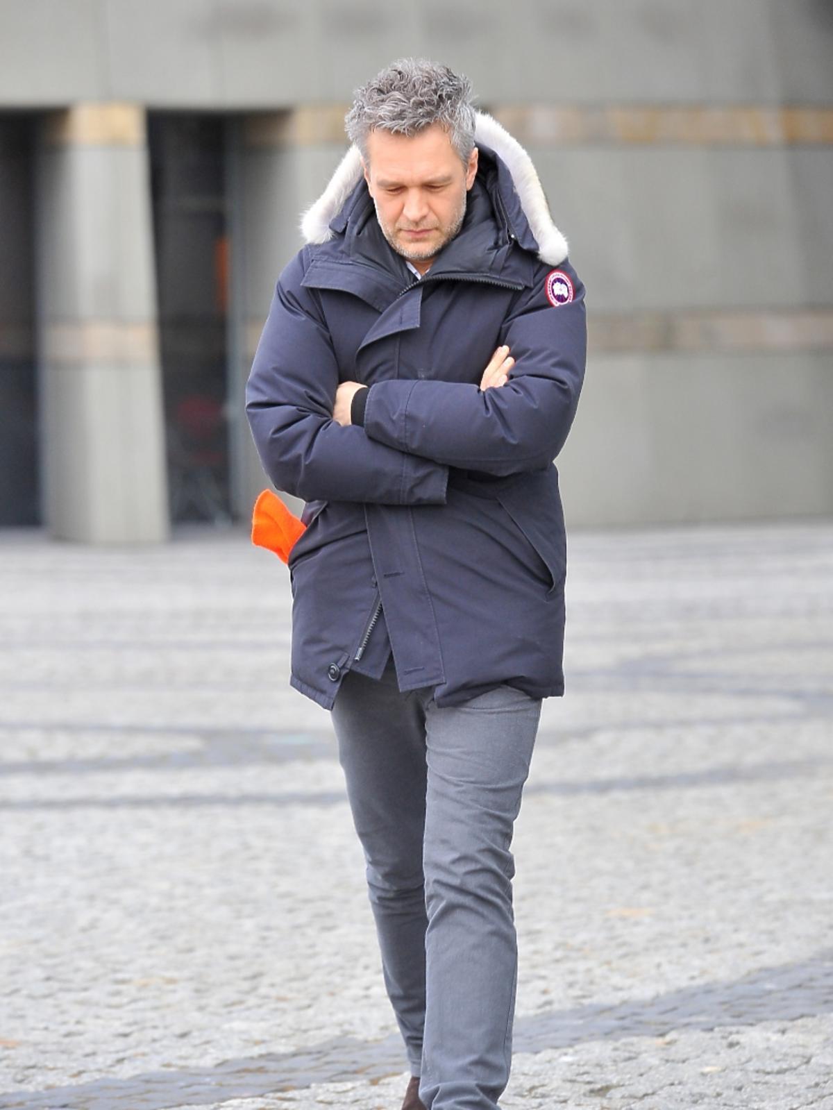 Michał Żebrowski pod studiem TVP