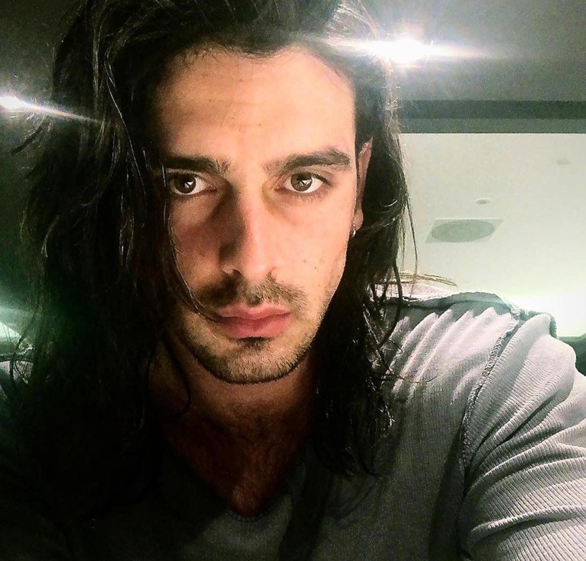 Michele Morrone w długich włosach