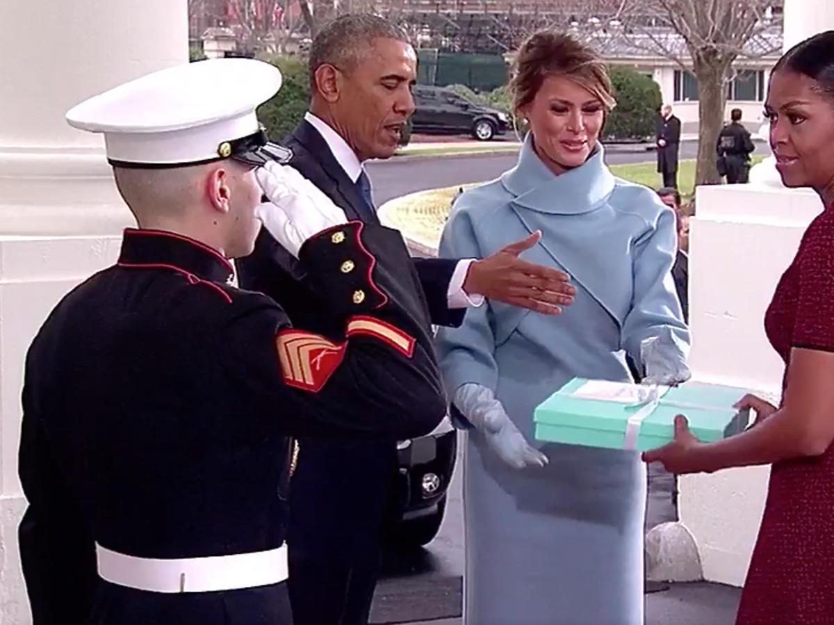 Michelle Obama nie wie co zrobić z prezentem od Melanii Trump