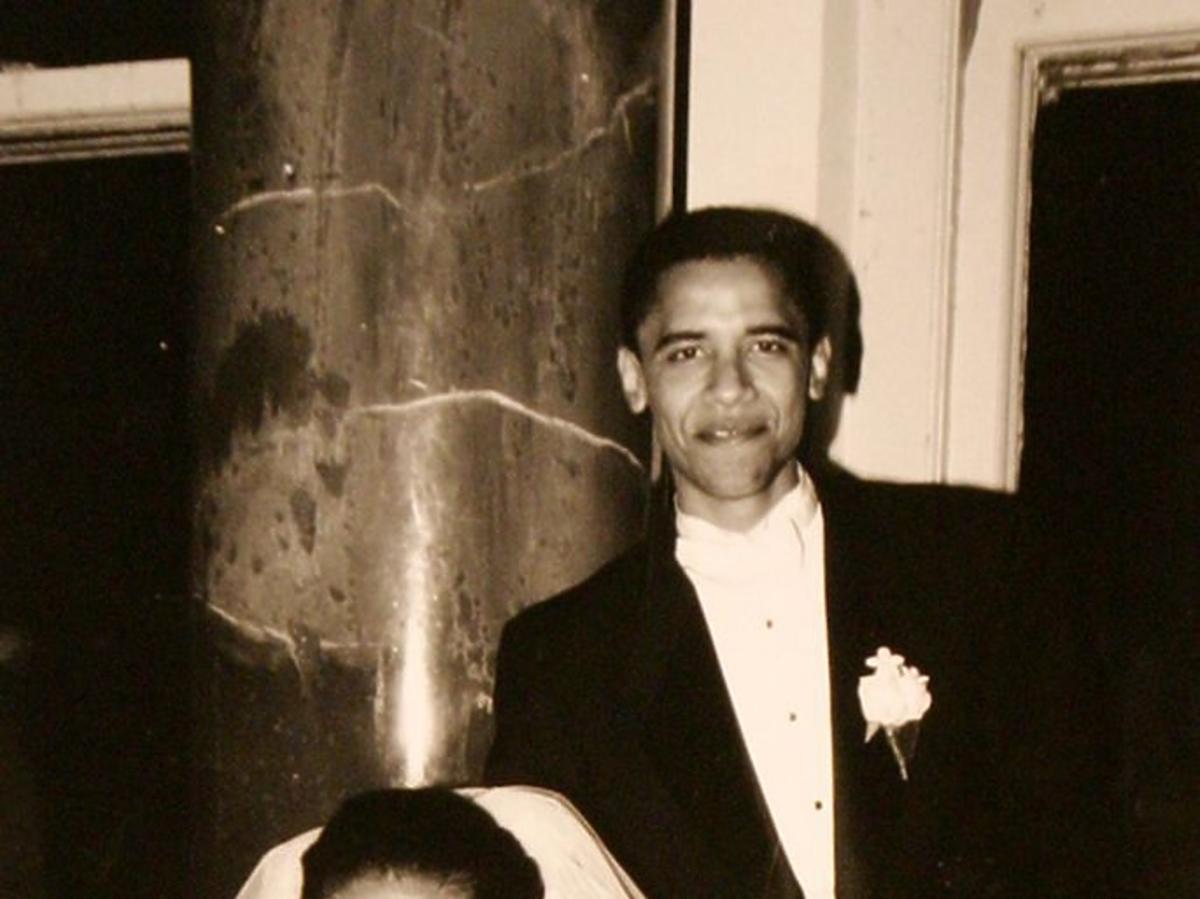 Michelle Obama w białej sukni ślubnejm Barack Obama w eleganckim garniturze