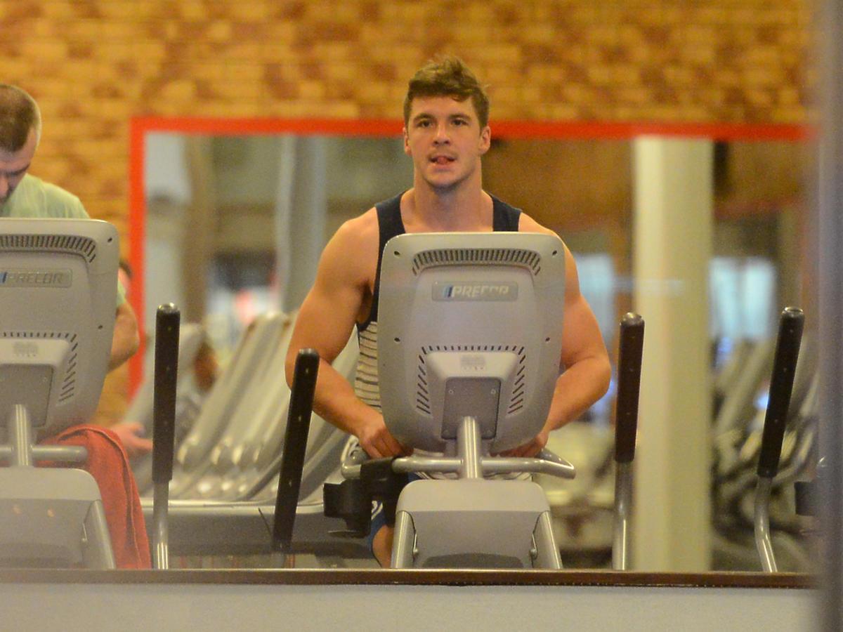 Mikołaj Roznerski na siłowni