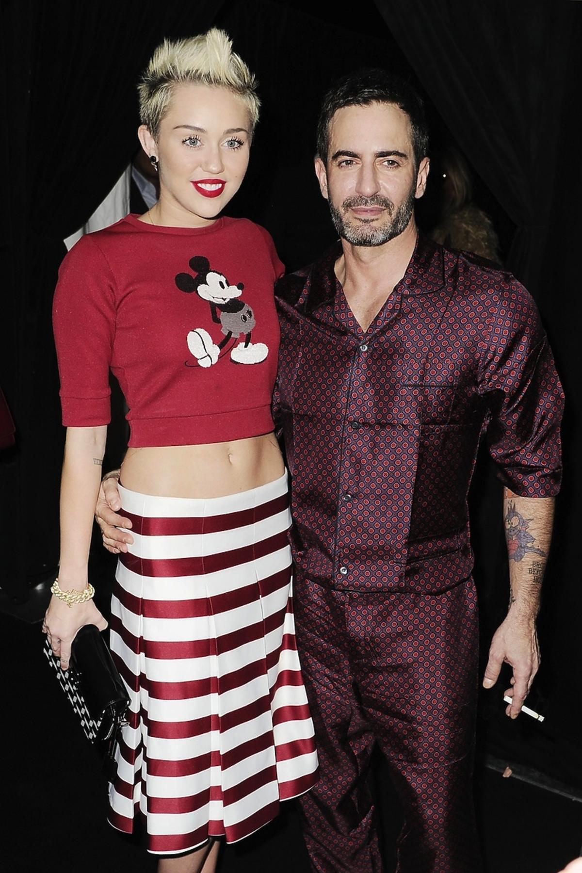 Miley Cyrus w czerwonej bluzce z Myszką Miki i spódnicy w paski