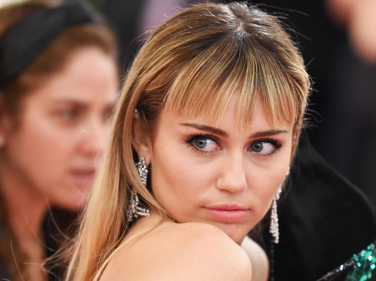 Miley Cyrus w mocnym makijażu