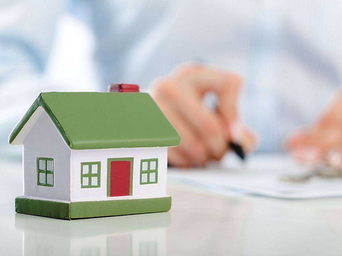 miniaturowy domek i podpisanie umowy