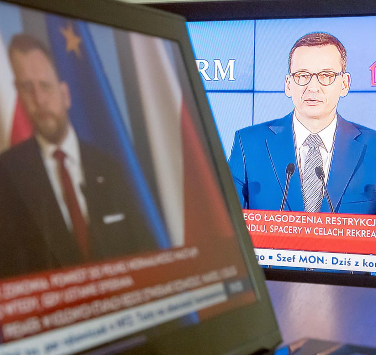 Minister Łukasz Szumowski i premier Mateusz Morawiecki na ekranach