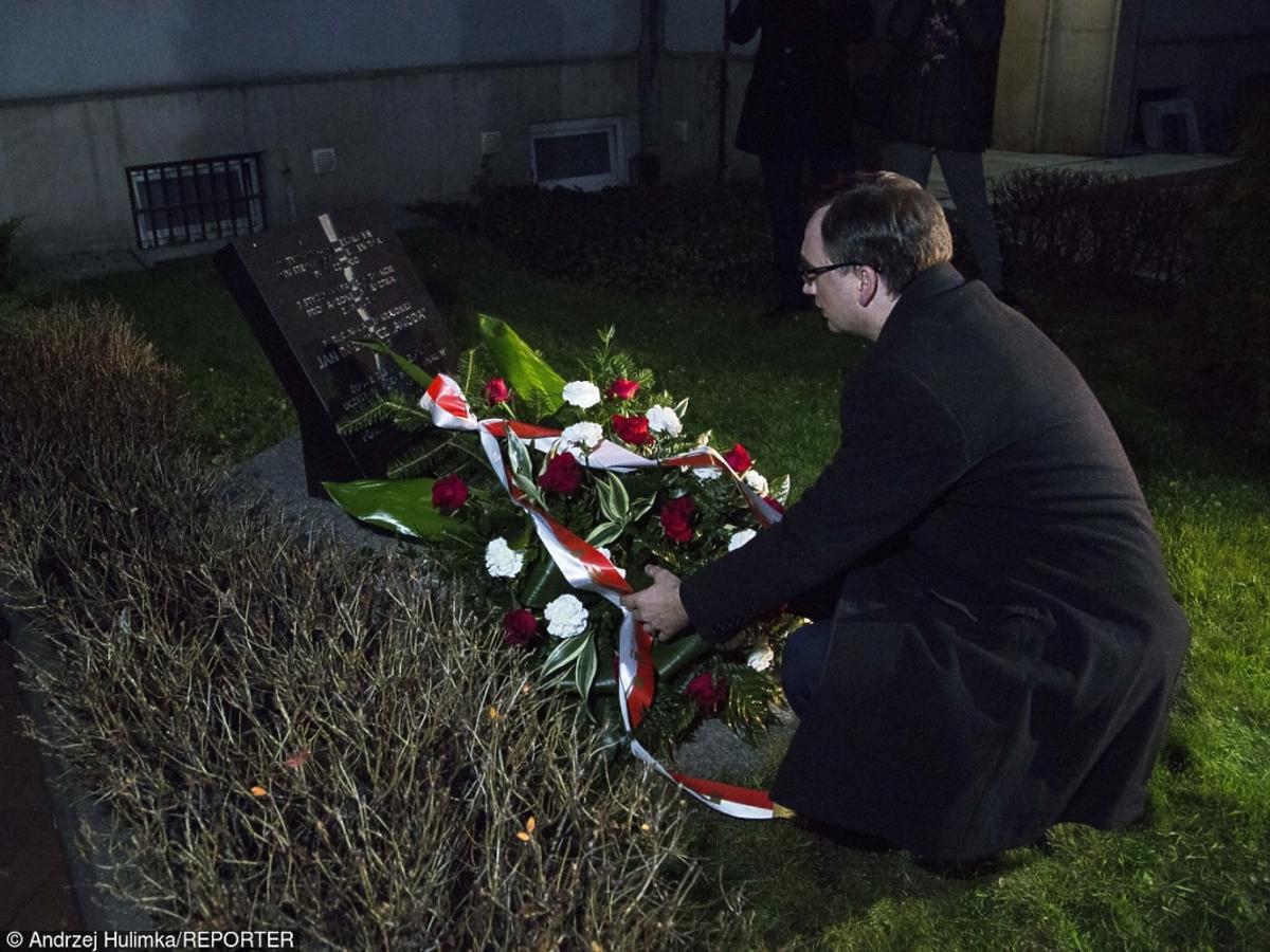 Minister Zbigniew Ziobro składa kwiaty pod tablicą