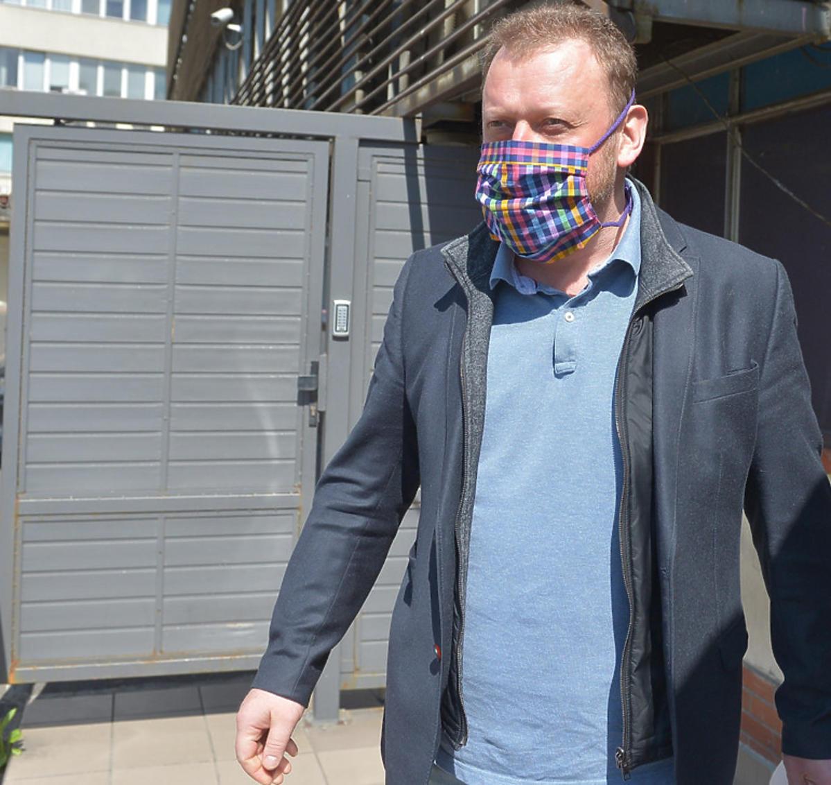 Minister zdrowia Łukasz Szumowski w maseczce