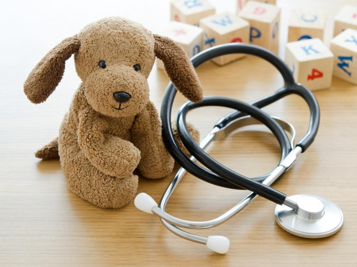 Miś i słuchawki lekarskie