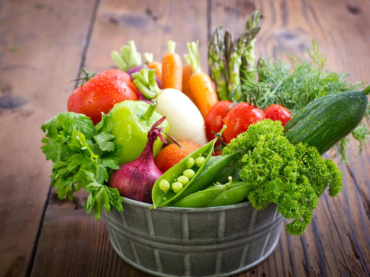 Misa ze świeżym warzywami.