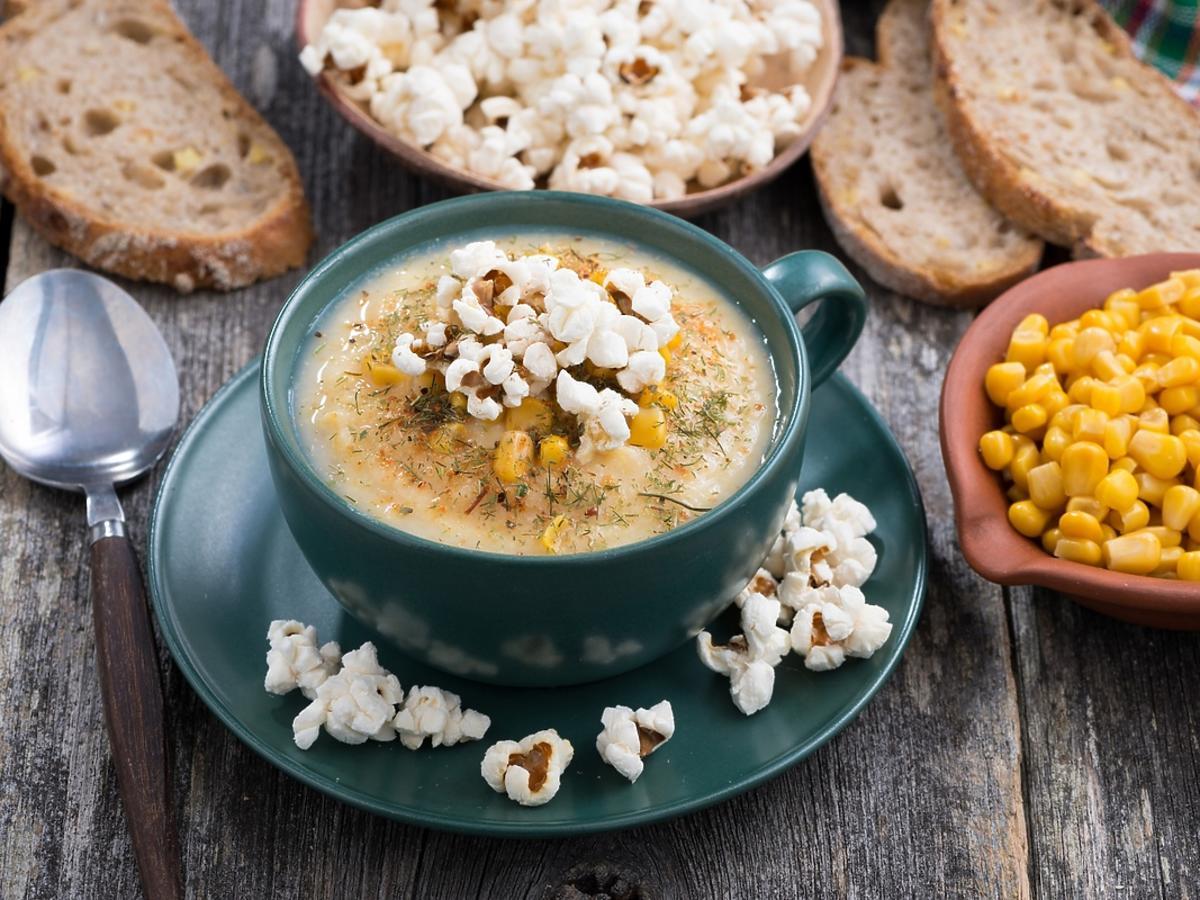 Miseczka zupy z kukurydzy z popcornem