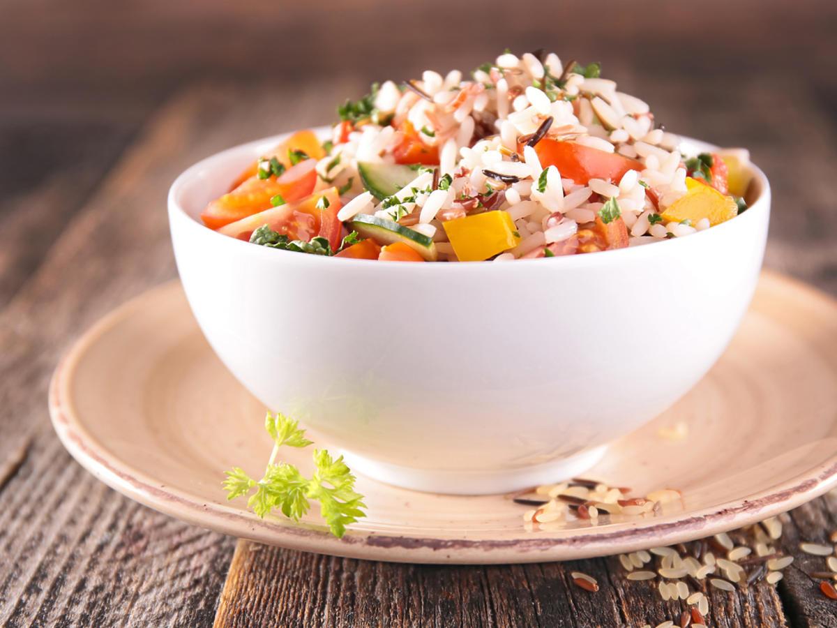 miska ryżu z warzywami