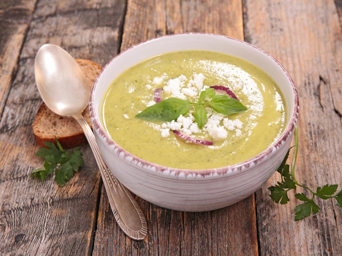 miska zupy krem z cukinii na drewnianym stole