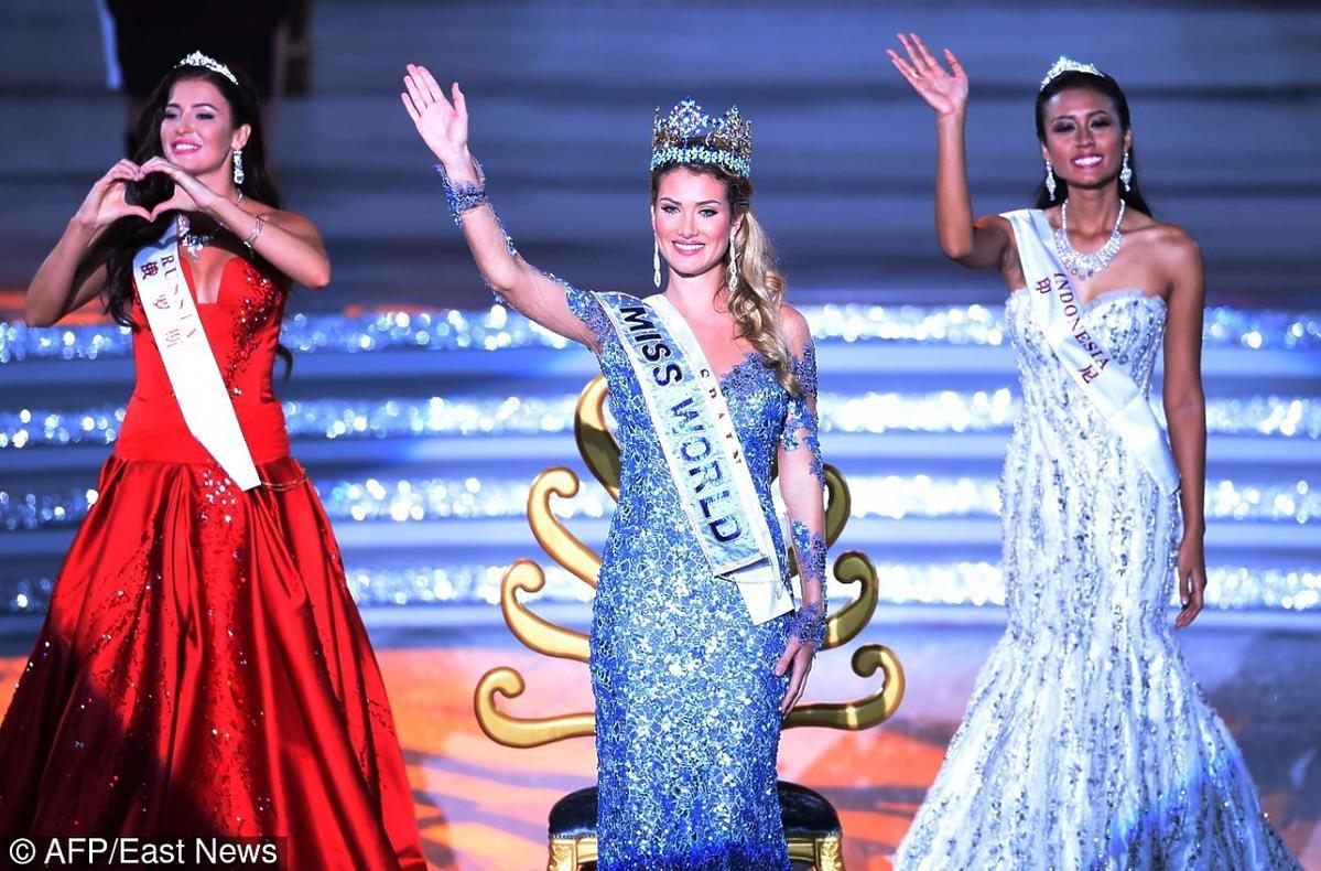 Miss świata Mireia Lalaguna Royo w niebieskiej cekinowej sukni i kotonie