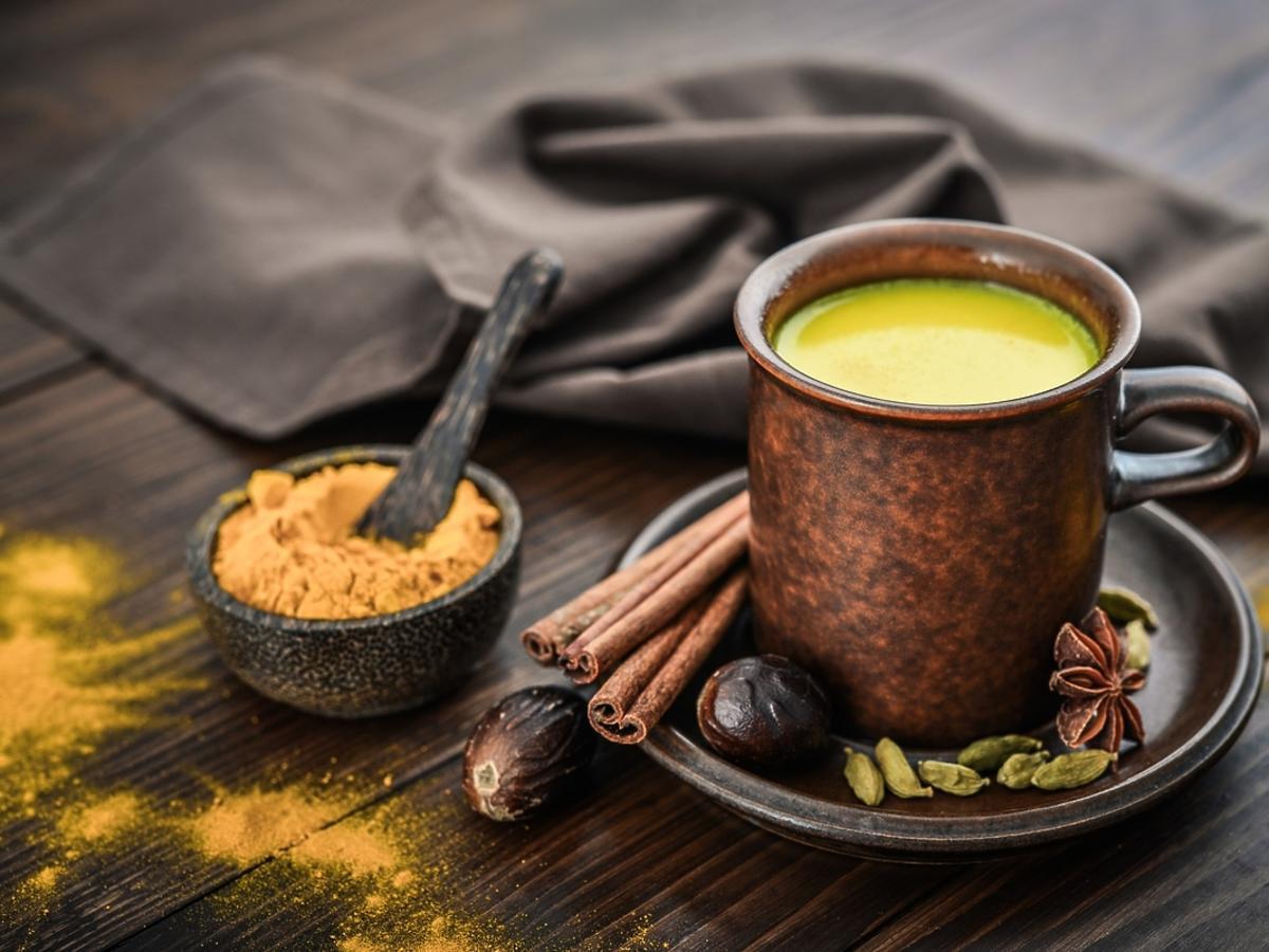 Mleczna herbata z kurkumą - idealna na przeziębienie