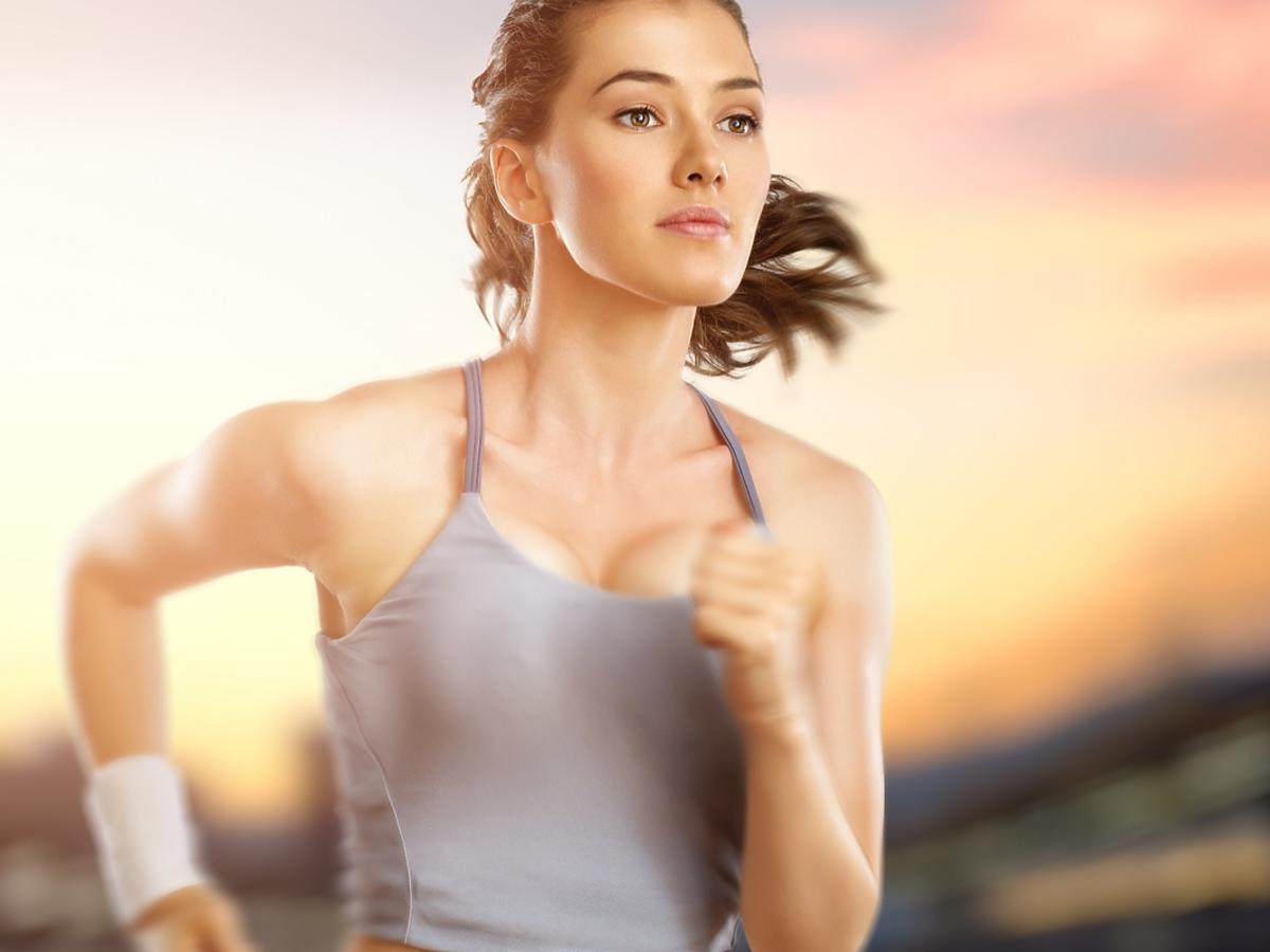 Młoda kobieta biega na świeżym powietrzu.