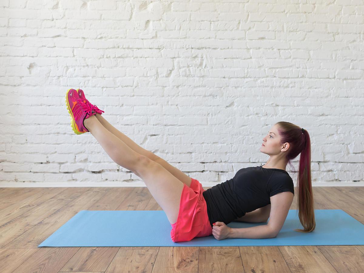 Młoda kobieta ćwiczy