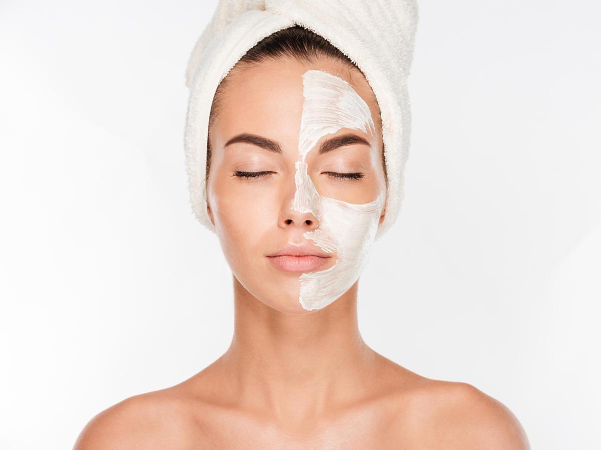 Młoda kobieta ma nałożoną maskę na pół twarzy.