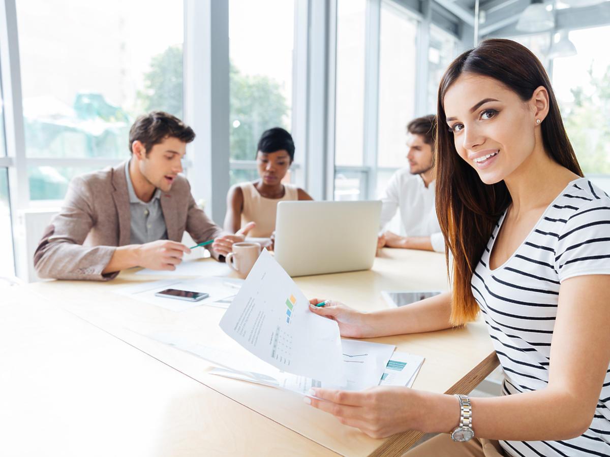 Młoda kobieta uczestniczy na szkoleniu podnoszącym kwalifikacje zawodowe