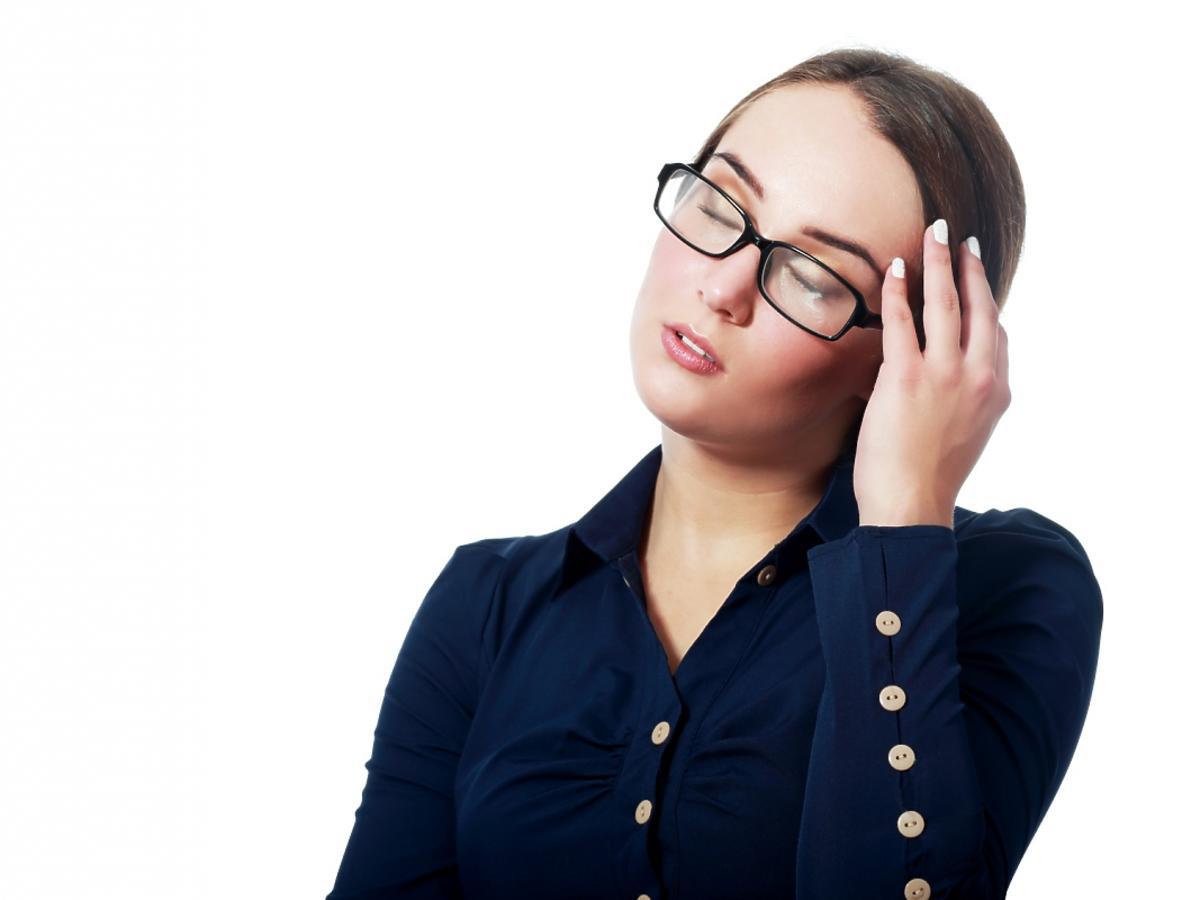 Młoda kobieta w okularach z zamkniętymi oczami