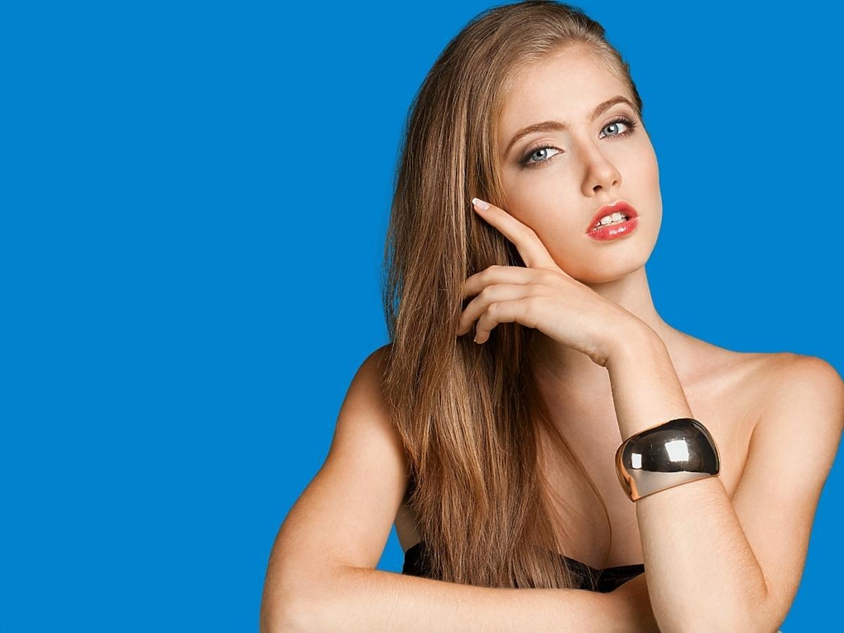 młoda kobieta z długimi blond włosami