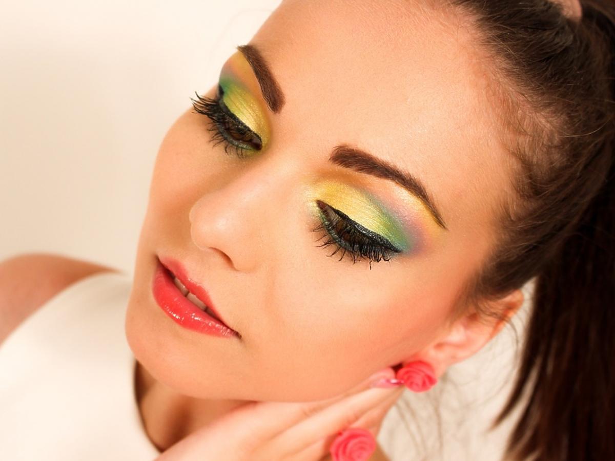 Młoda kobieta z mocnym makijażem oczu