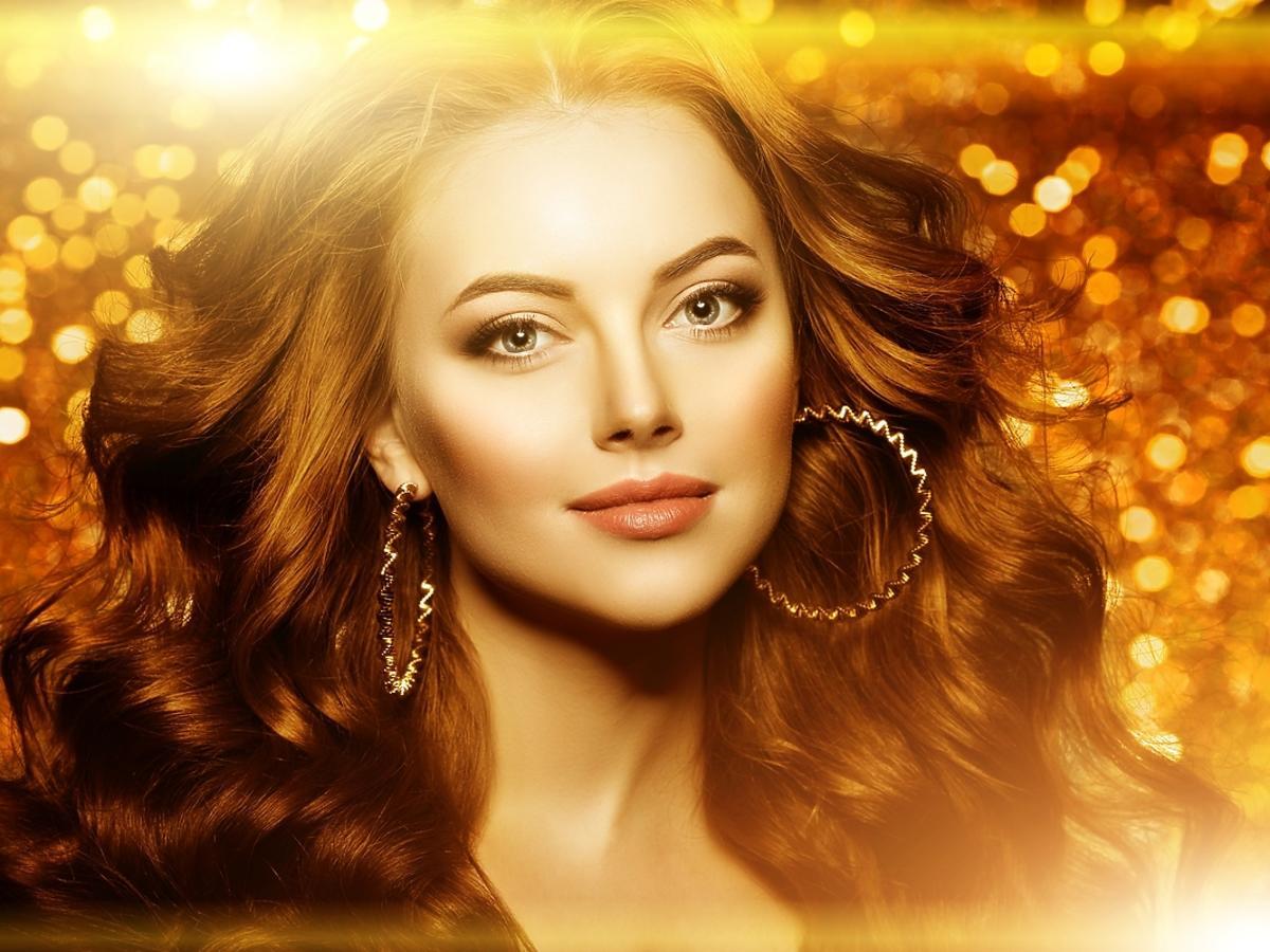 Młoda kobieta z złoto-brązowym makijażu.