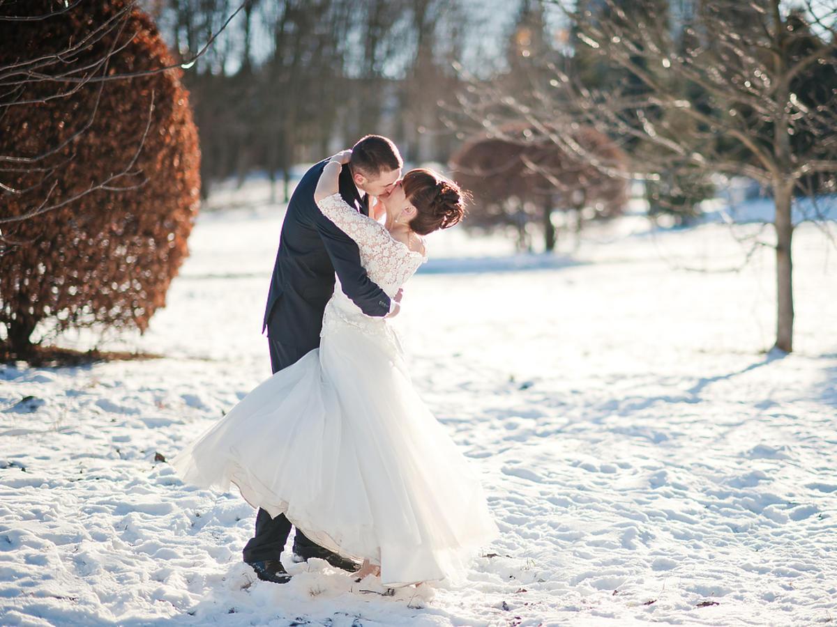 młoda para całuje się zimą