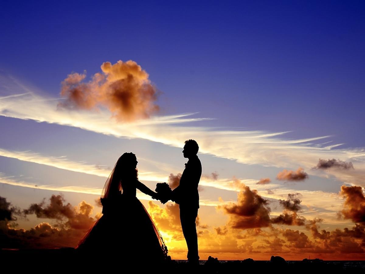 Młoda para na tle zachodzącego słońca