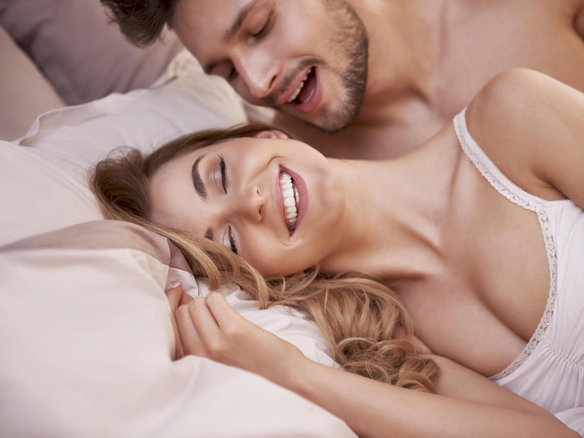 młoda para w sypialni