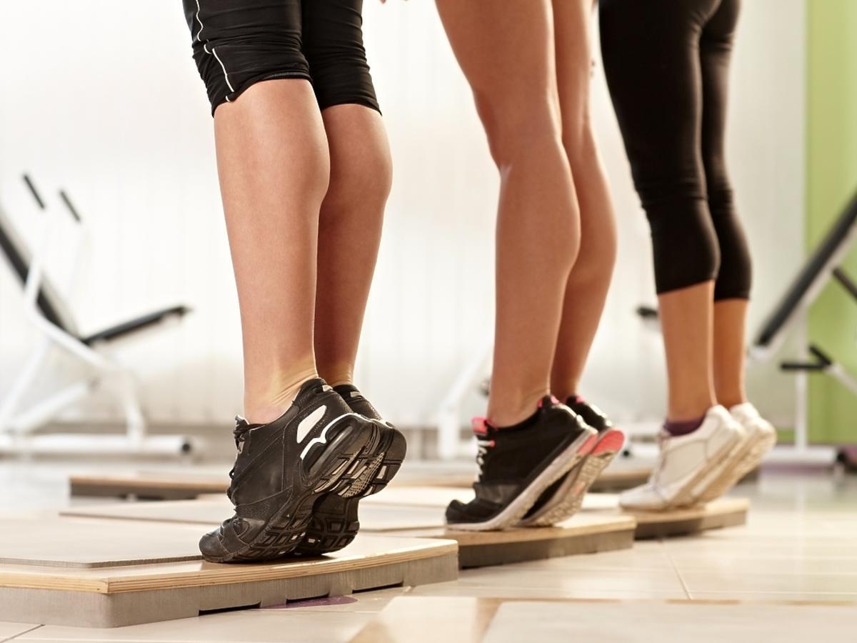 Młode kobiety ćwiczą na siłowni łydki.