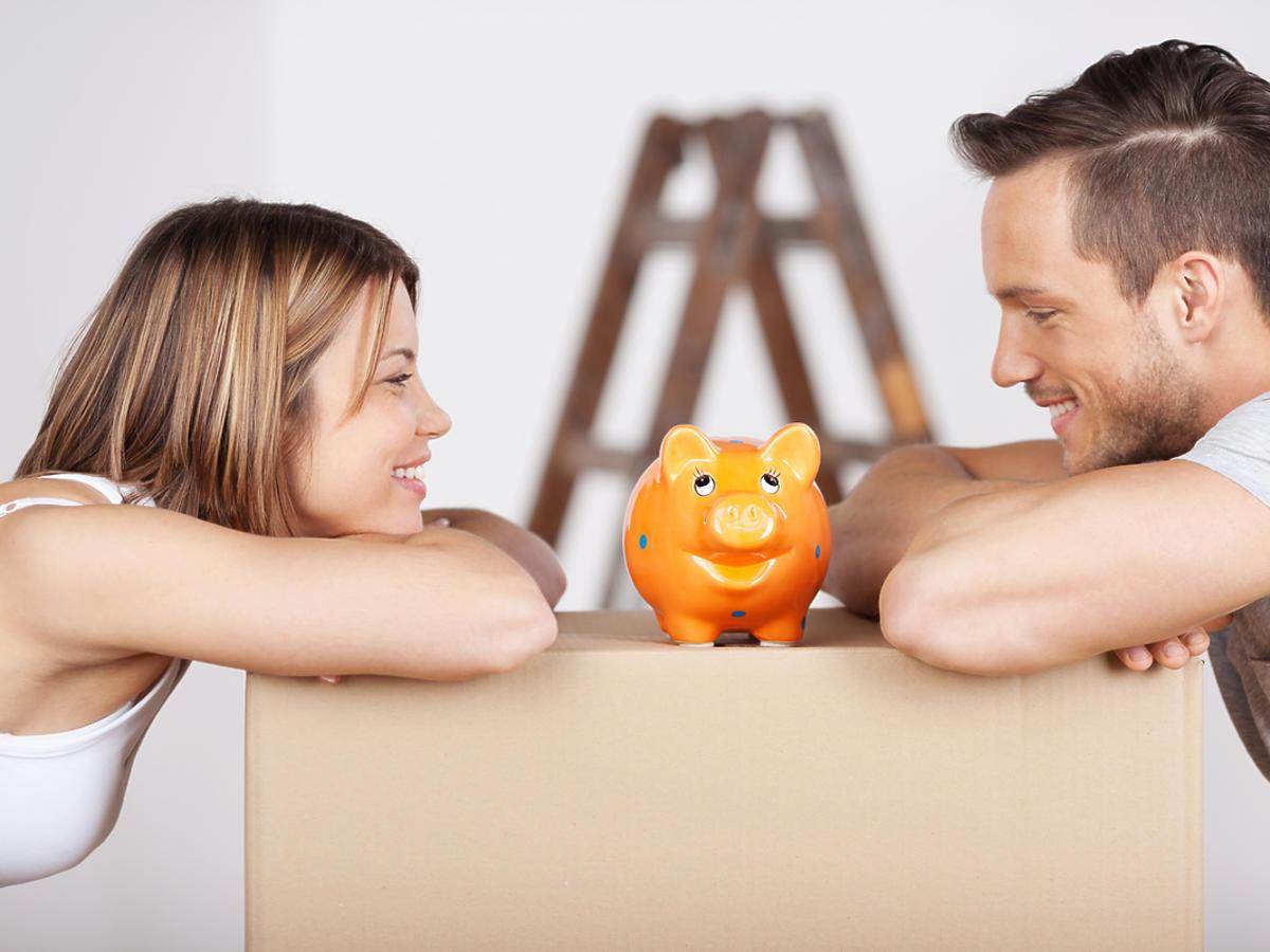 Młode małżeństwo planuje domowe wydatki.