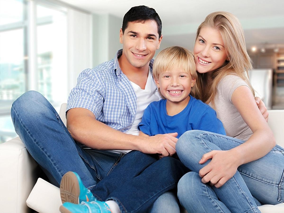 młodzi rodzice i dziecko