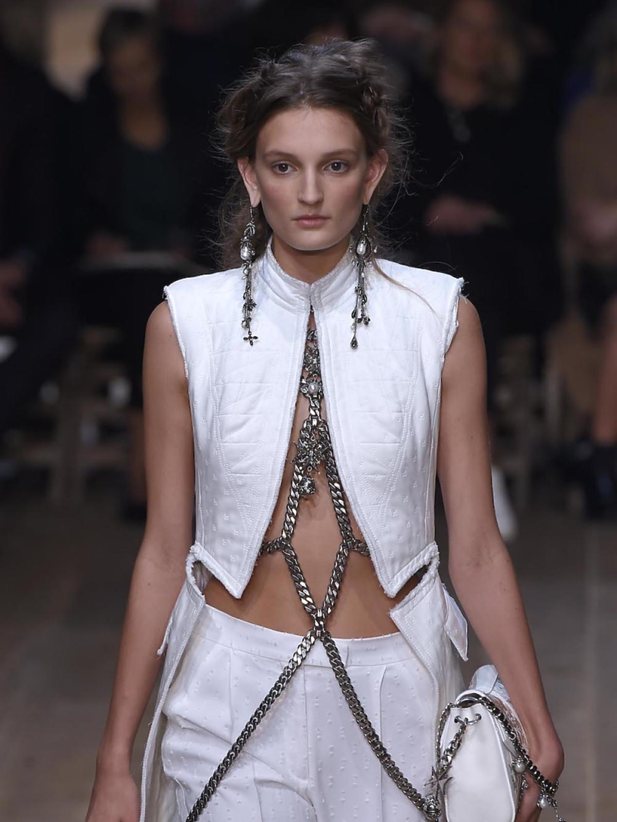 Modelka na pokazie Alexander McQueen