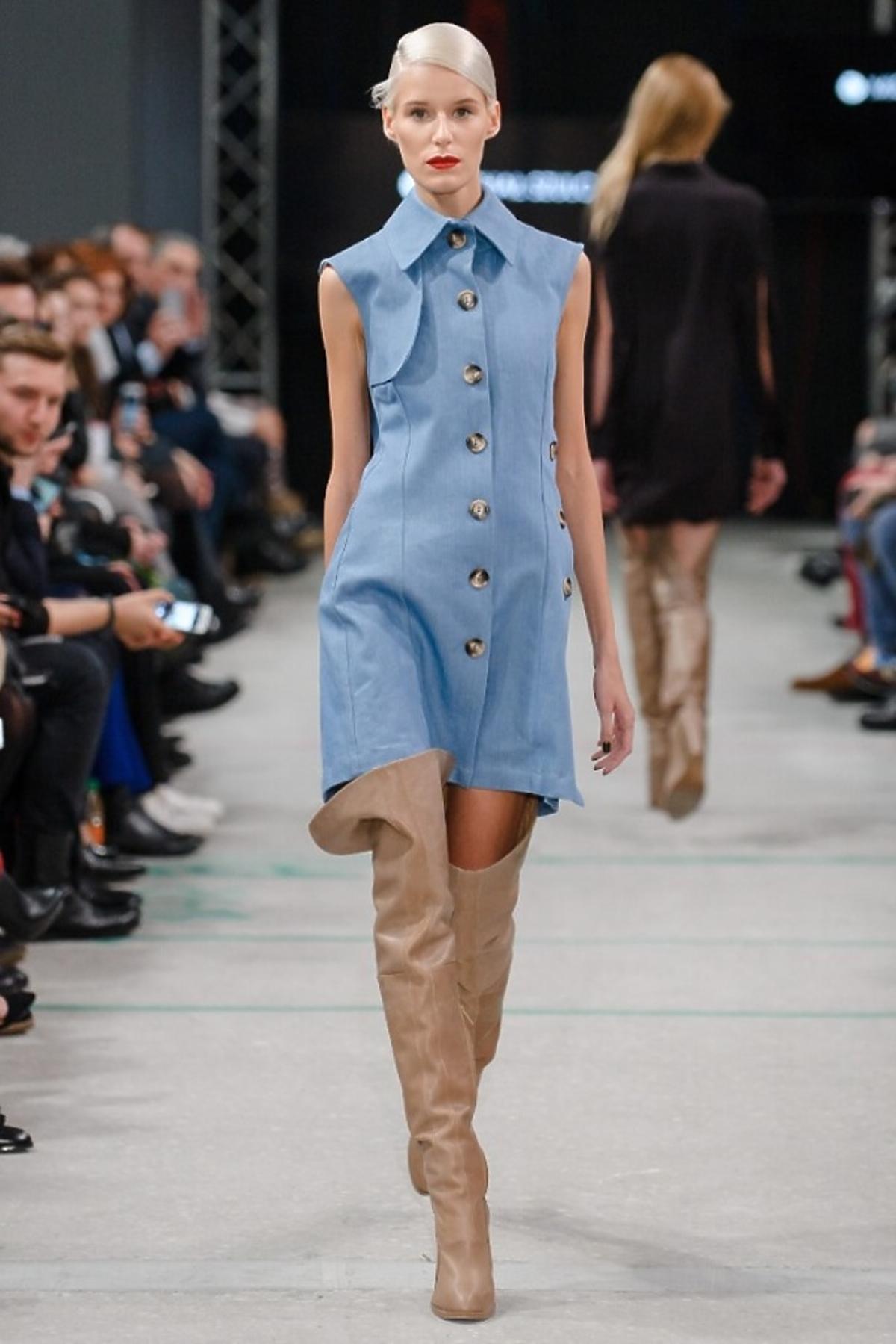 Modelka na wybiegu w dżinsowej sukience