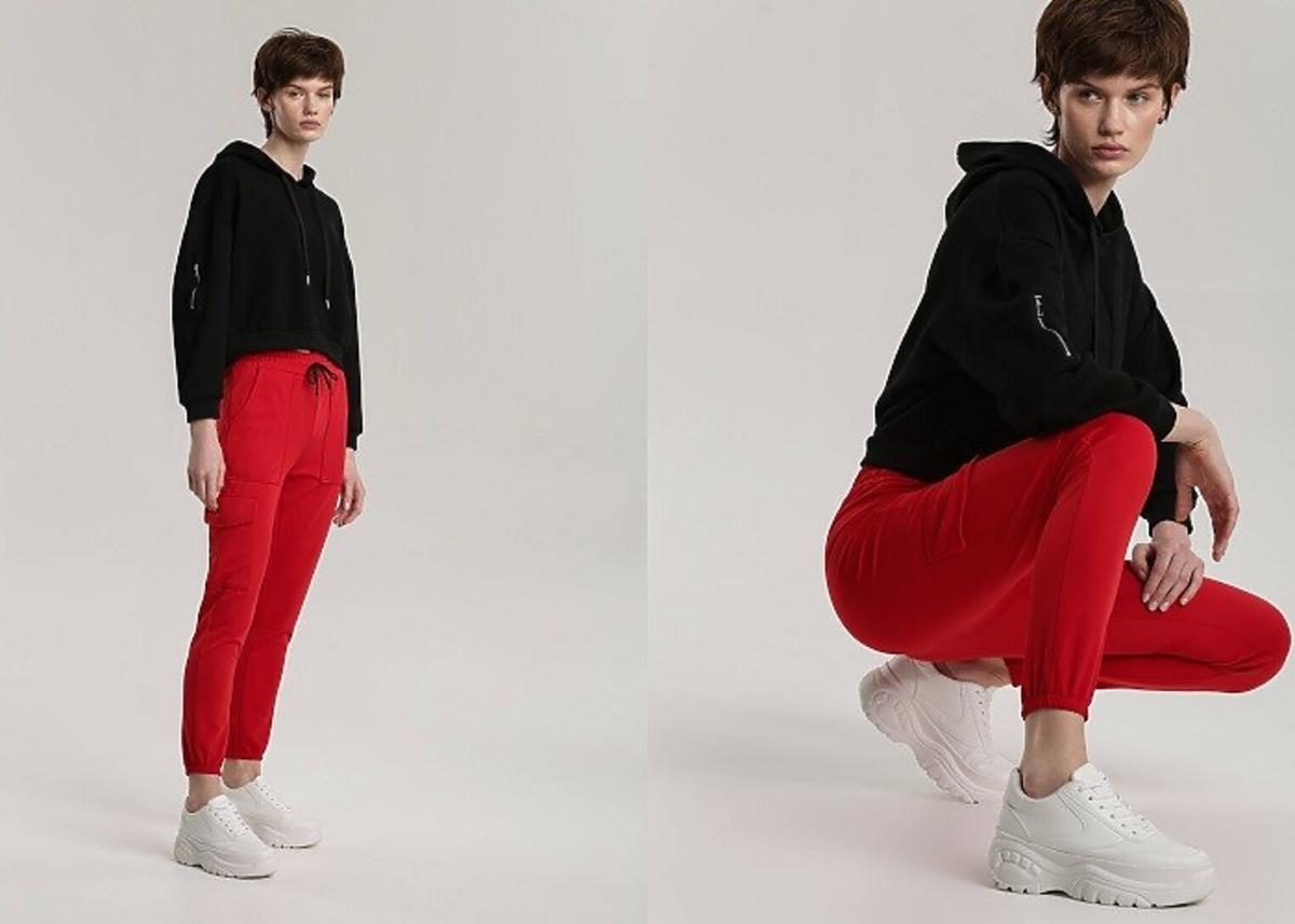 modelka pozuje w czerwonych spodniach dresowych renee