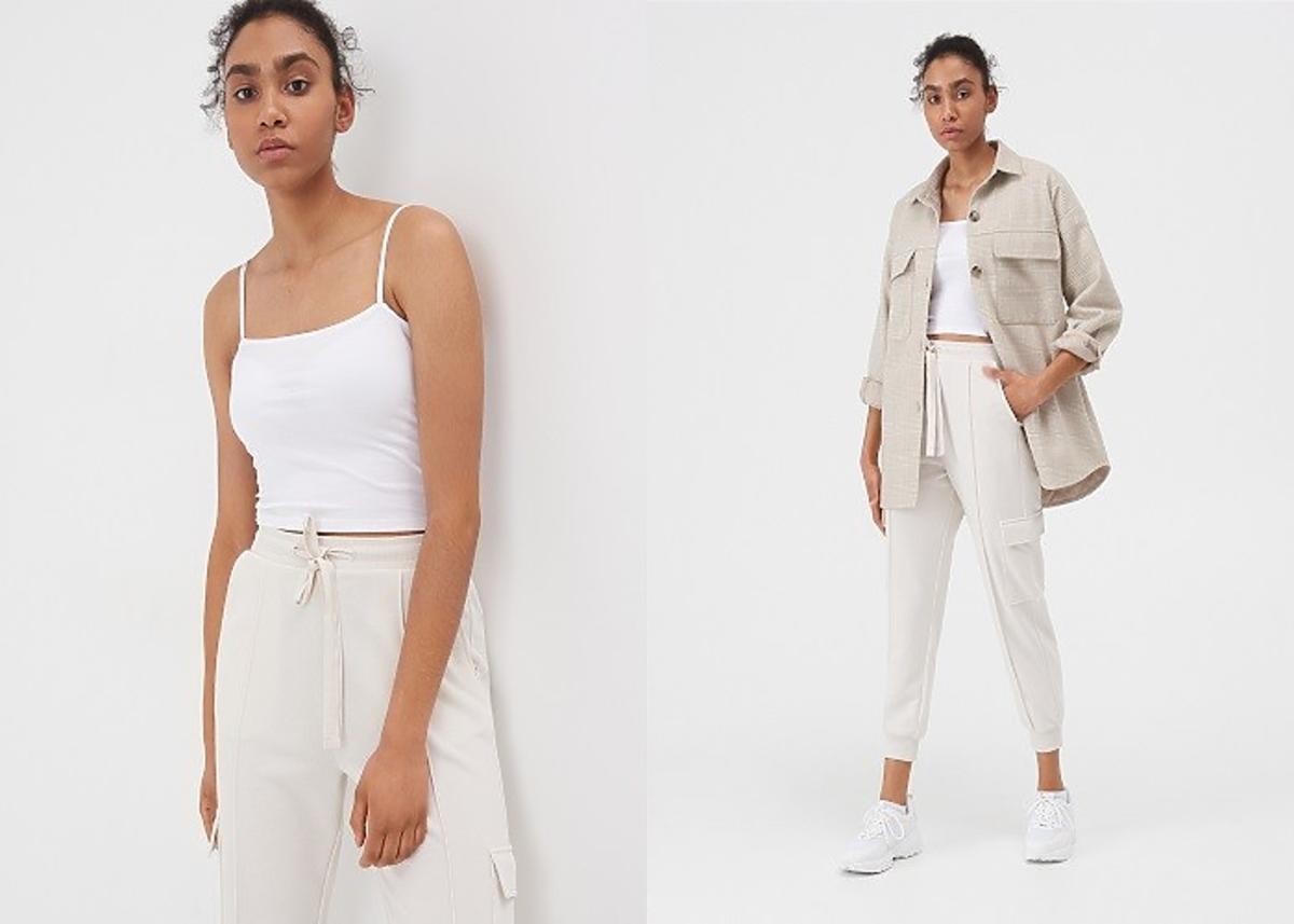 modelka pozuje w jasnych spodniach dresowych Sinsay