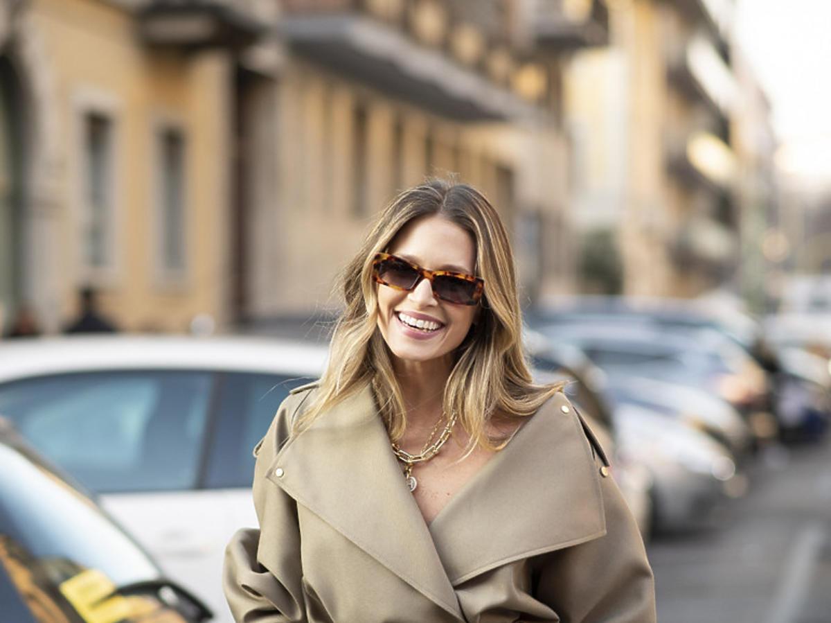 Modelka w beżowym płaszczu, trendy jesień 2020