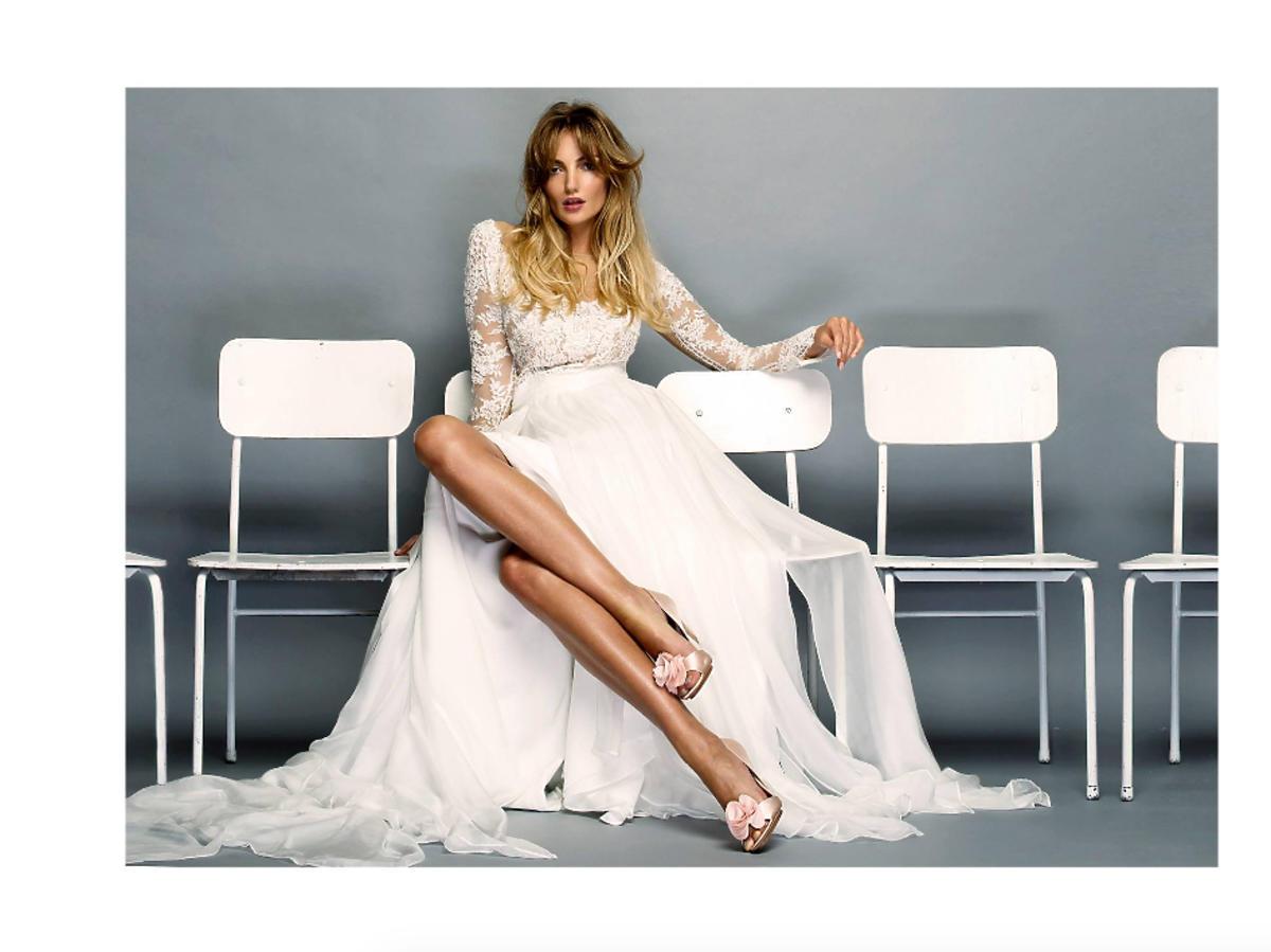 Modelka w białej sukni na ławce