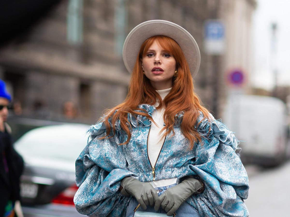 Modelka w błękitnym looku i niebieskich jeansach