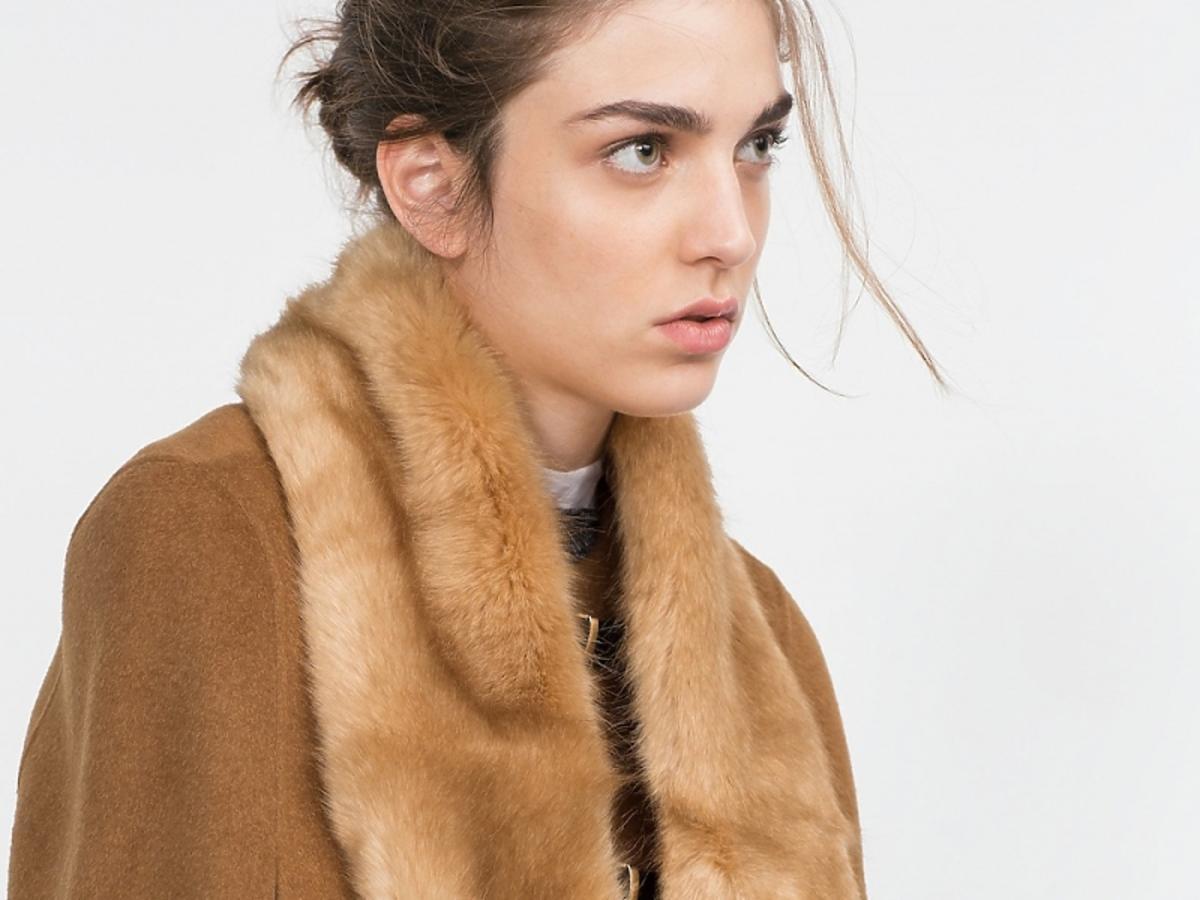 Modelka w brązowym, futrzanym szaliku i brązowym płaszczu